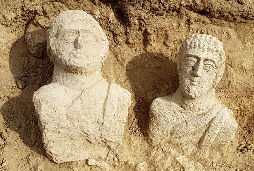 Két 1700 éves mellszobrot találtak Izraelben